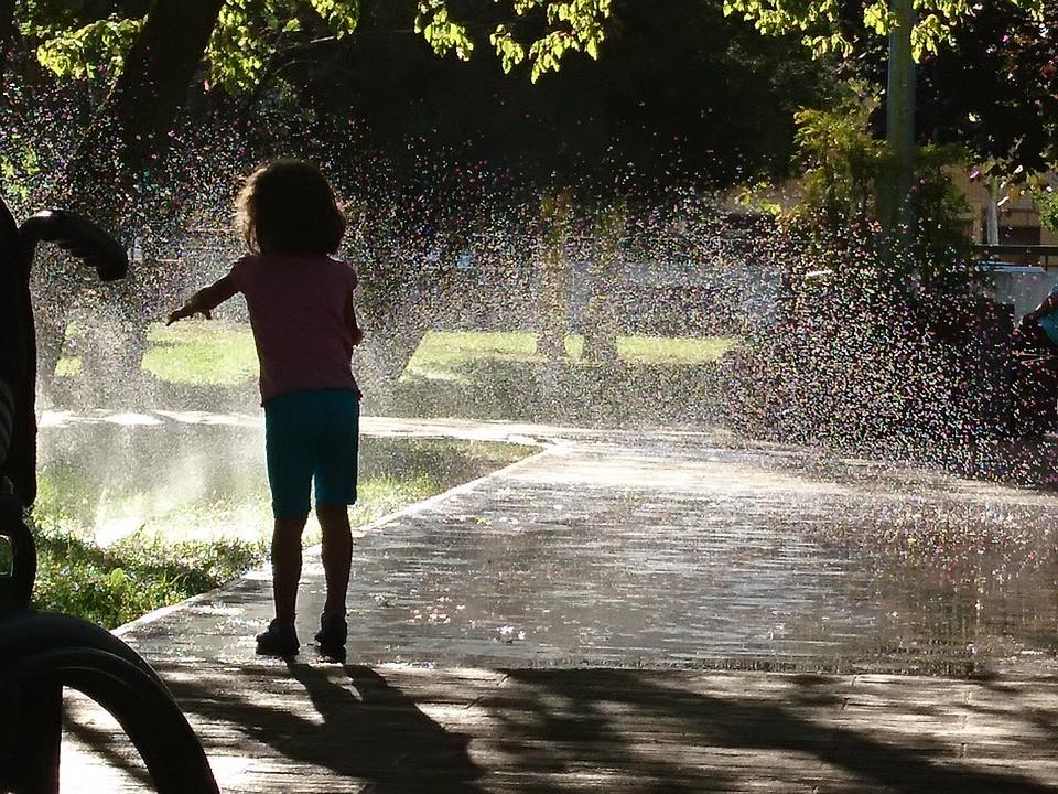 bambina e acqua irrigazione